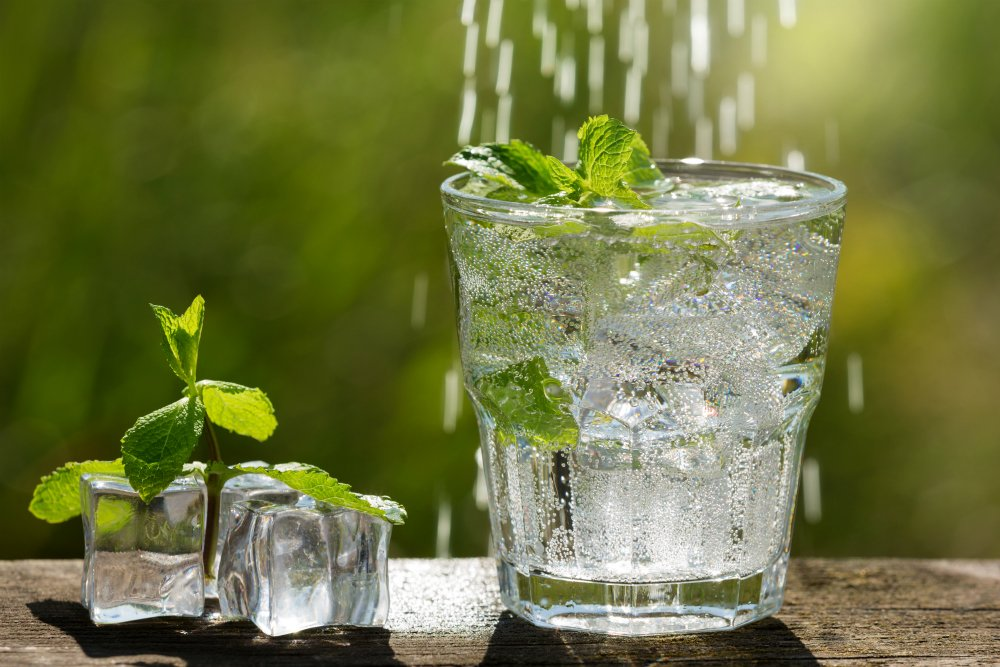 NUTRIADAPT: Na vodu v těchto vedrech nezapomínejte. S perlivou to ale nepřehánějte
